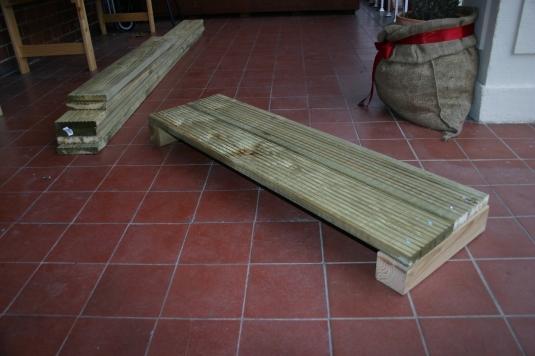 zum Teil zusammengeschraubte Planken