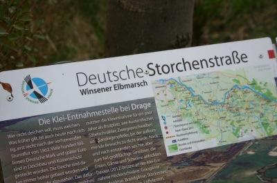 """Schild """"Deutsche Storchenstraße"""" vor dem Hofcafé Marschendeel"""