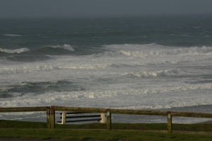 Große Wellen fotografiert von einer Klippe